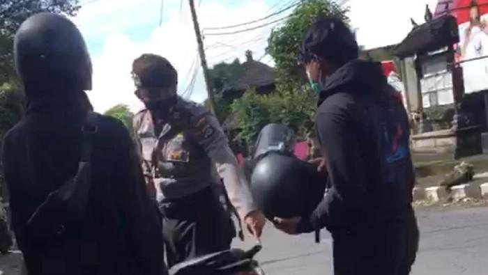 Viral polisi tak sengaja mengegas motor berknalpot racing di Bali.