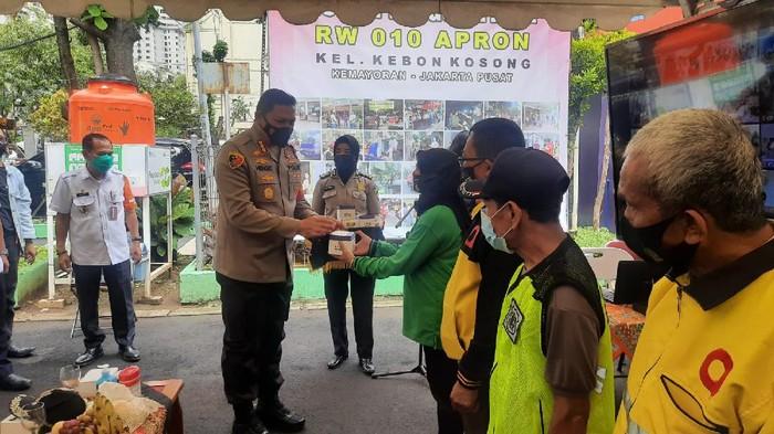 Polres Jakpus bagikan 11.000 masker di Rusun Tangguh Apron