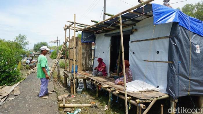 Sekitar 40 rumah di Demak, Jawa Tengah, terdampak gelombang tinggi dan cuaca ekstrem. Akibatnya warga harus mengungsi dan tidak bisa melaut.
