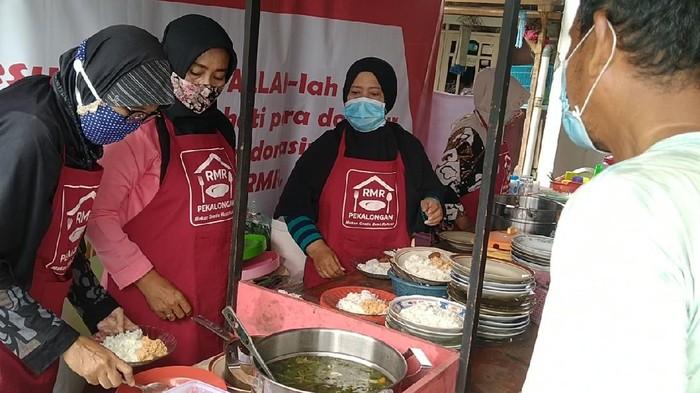 Roemah Makan Rakjat di Kota Pekalongan ini menggratiskan makanannya untuk para pelanggan, Rabu (3/2/2021). Rumah makan ini dirintis ibu-ibu Kelurahan Panjang Wetan dan didanai dari donasi warga.