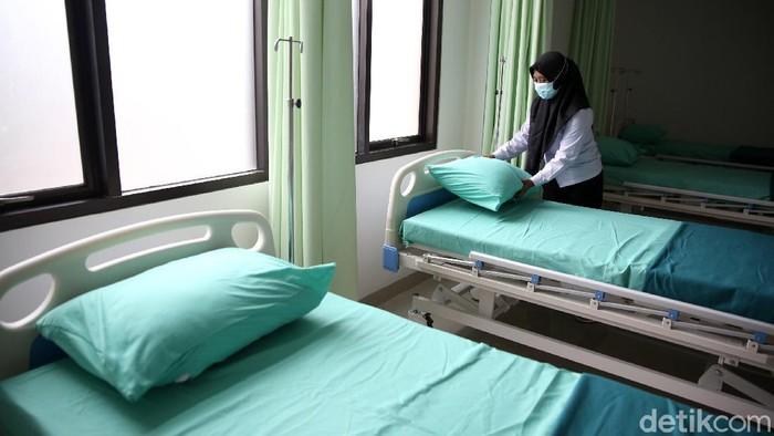 Petugas merapikan tempat tidur untuk ruang perawatan pasien COVID-19 di RSUD (Rumah Sakit Umum Daerah) tipe D Teluk Pucung, Bekasi, Jawa Barat, Rabu (3/2/2021). Pemerintah setempat mempersiapkan ruang tambahan di RSUD tipe D untuk ruang perawatan 100 pasien positif COVID-19.
