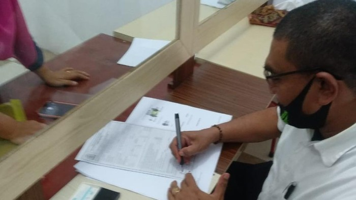 Kepala Kemenag Aceh Singkil, Saifuddin meneken surat pembebasan lahan.
