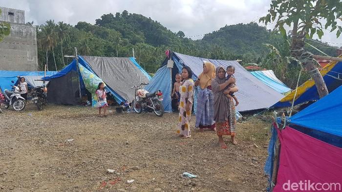 Sejumlah warga di pengungsian berhamburan ketika merasakan guncangan gempa ada Rabu (3/2) sore tadi (Abdy Febriady/detikcom)