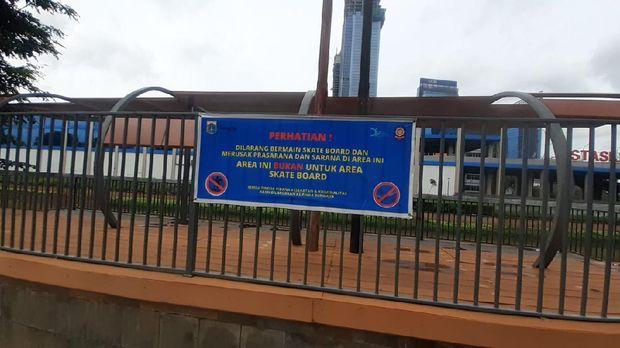 Trotoar-taman di KBB seberang Staiun BNI City telah rapih.