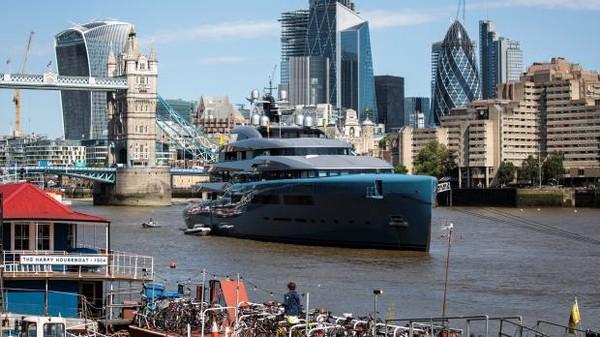 Nama pemilik klub sepak bola Tottenham Hotspur Joe Lewis sudah begitu populer. Dia juga punya kapal yacht super mewah yang tiada dua (Getty Images)