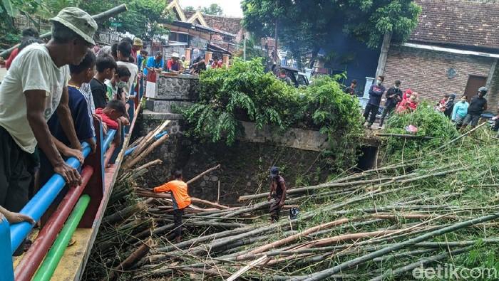 bambu menumpuk di sungai