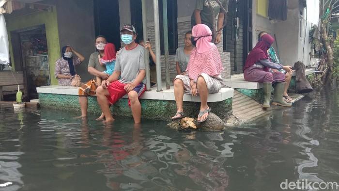 Banjir berwarna hitam menggenangi Dukuh Tanggulangin Desa Jati Wetan, Kudus, Kamis (4/2/2021)