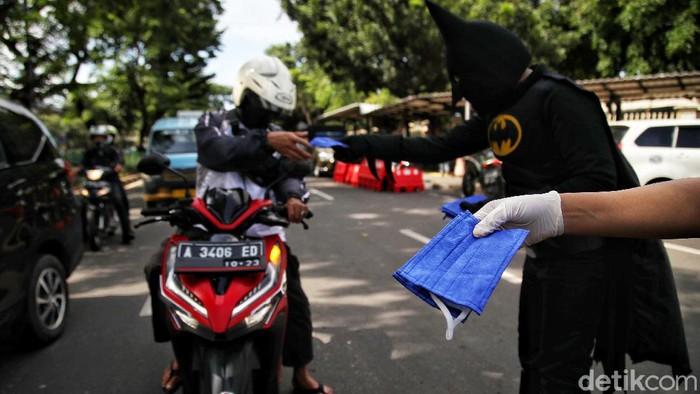 Sosialisasi pencegahan virus Corona terus dilakukan. Sejumlah warga yang mengenakan kostum super hero pun tampak bagikan masker di kawasan Pasar Senen, Jakarta.