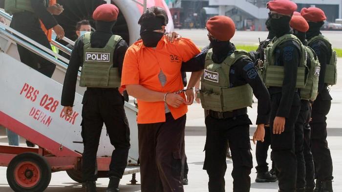 26 teroris yang berasal dari Makassar dan Gorontalo tiba di Jakarta. Para teroris itu tampak mengenakan baju tahanan dengan tangan diborgol.