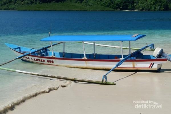 Perahu untuk menyeberang ke pulau-pulau.