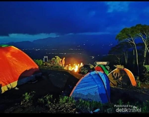 Suasana camping di malam hari