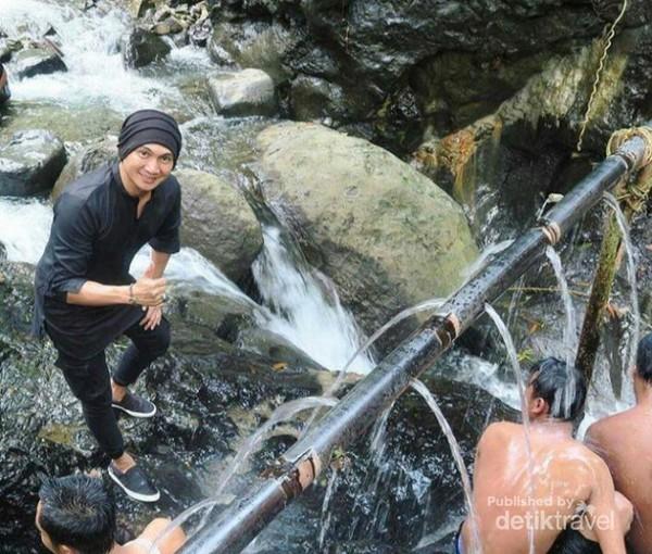 Anjie saat mengunjungi wisata pemandian air panas Pingit. (Foto: instagram/pesonagumelem)