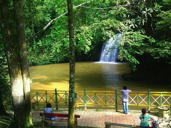 Pengunjung hanya bisa menikmati air terjun dari kejauhan.