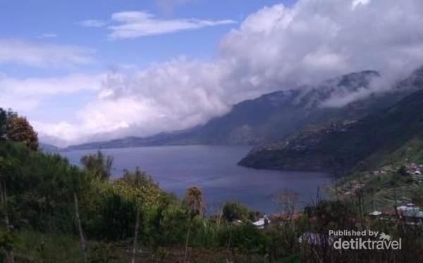 Magisnya Danau yang membiru terlihat dari atas bukit