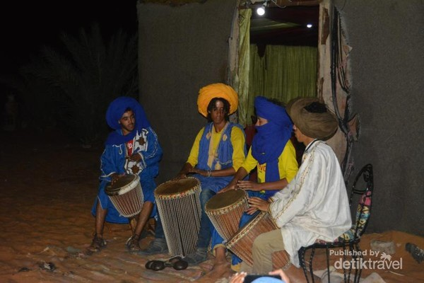 Enjoy the local traditional music