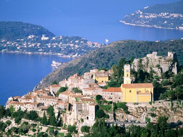 Desa Eze, kecantikan dari atas bukit agar wisatawan bisa melihat hamparan Laut Mediterania yang luas (Sumber: citypictures.org)
