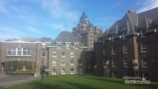 THE CASTLE IN THE ROCKIES - FAIRMONT BANFF SPRINGS HOTEL !