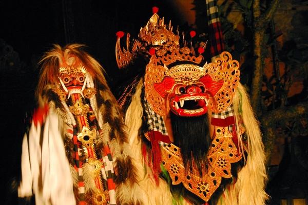 Rangda dan Barong dalam pertunjukan (flickriver.com)