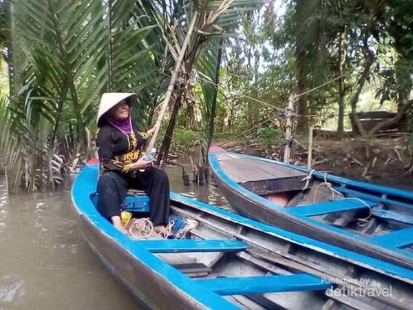 Perahu-perahu sampan yang dikemudikan penduduk setempat untuk menuju Pulau Kelapa.