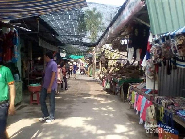 Sebuah pasar tradisional yang menjual pernik-pernik dan juga hasil industri permen kelapa di Pulau ini.