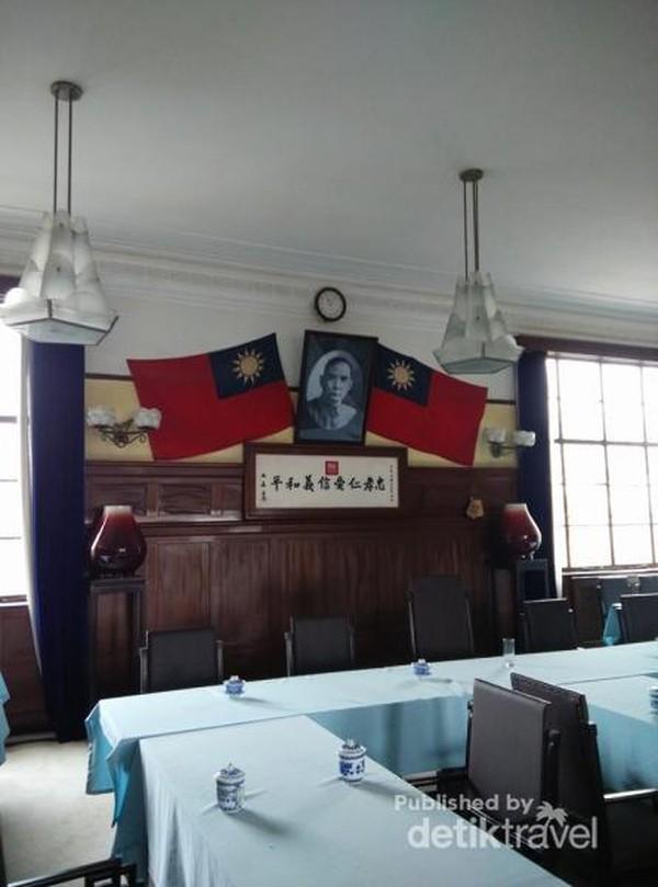 Foto Dr Sun Yat Sen di antara bendera Republik Tiongkok yang ada di ruang rapat
