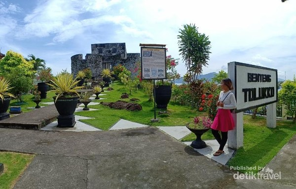 Perpaduan benteng tua dan hijaunya rumput dan pepohonan menghilangkan kesan angker benteng Tolluko