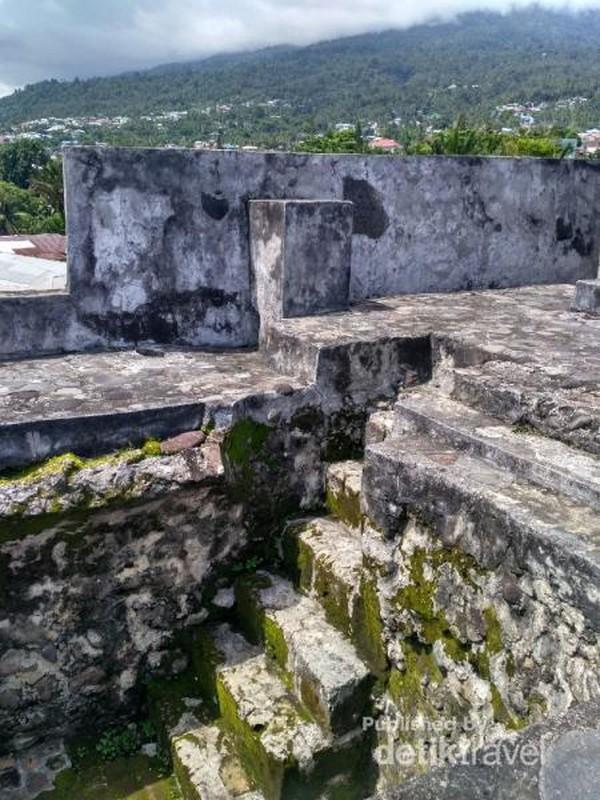 Salah satu tangga menuju ruang bawah benteng Tolluko