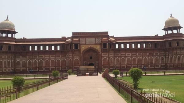 Jahangiri Mahal dengan tempat pemandian mangkuk raksasa di depannya. Merupakan istana untuk para wanita kerabat kerajaan. Dibangun oleh Akbar.