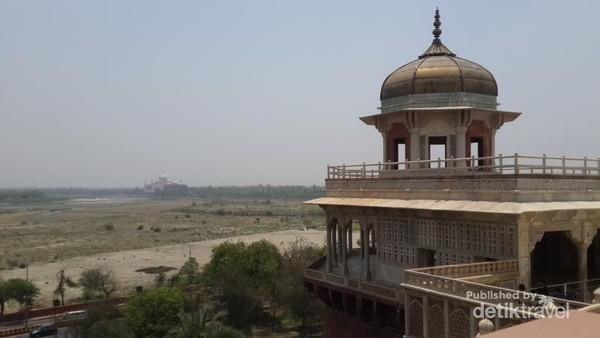 Muasamman Burj dengan pemandangan Taj Mahal di seberangnya. Konon disinilah tempat Shah Jahan meninggal.