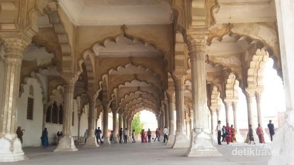 Diwan I Am atau the hall of public audience di dalam Benteng Agra dengan design interior yang sangat cantik.
