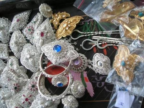 Hasil kerajinan berupa emas dan perak di Celuk (baliterkini.wordpress.com)