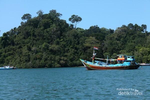 Selain membeli ikan segar pengunjung juga bisa menyewa perahu untuk berkeliling Pantai