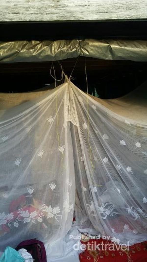 Di malam hari kapal disulap menjadi kamar tidur dengan kelambu