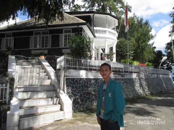 Berfoto di depan rumah pengasingan Bung Karno