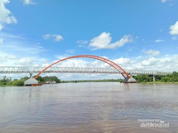 Dari depan Patung Bung Karno, kita bisa melihat Jembatab Tayan