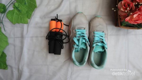 olahraga rutin setiap hari dengan alat olahraga sederhana yang tersedia di rumah