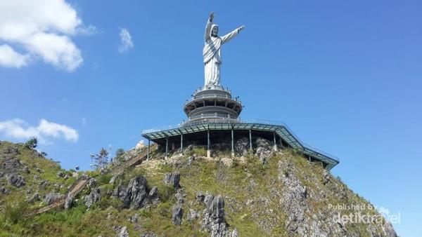 Tinggi badan patung sekitar 45 meter terbuat dari coran perunggu berada di ketinggian 1700 mdpl yang bisa dibilang tertinggi di dunia.