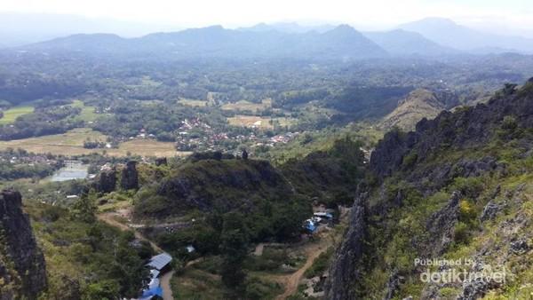 Pemandangan kota Makale dan gunung-gunung yang mengelilingi Toraja terlihat indah,sejuk dan damai