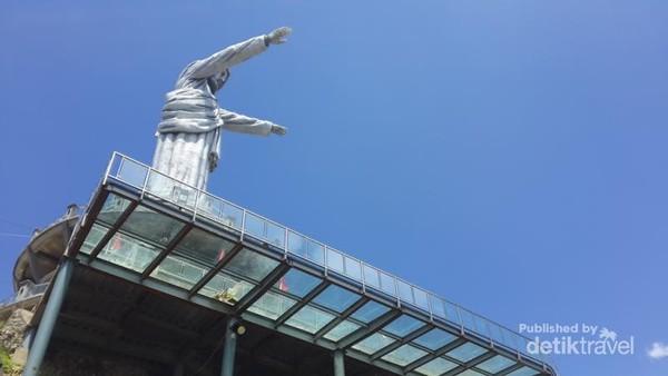 Jembatan kaca yang diklaim sebagai yang terluas di Indonesia ,semakin menambah daya tarik obyek wisata Buntu Burake
