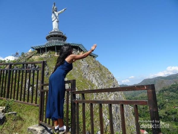 Patung Yesus Memberkati terletak di puncak bukit Buntu Burake sekitar 4KM dari pusat kota Makale,Toraja