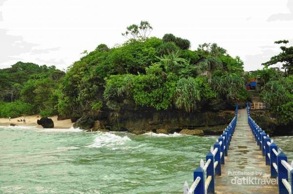 Jembatan penghubung Pulau Ismoyo dan Pantai Balekambang