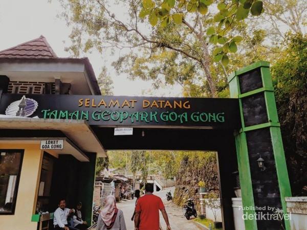 Pintu masuk wisata Goa Gong