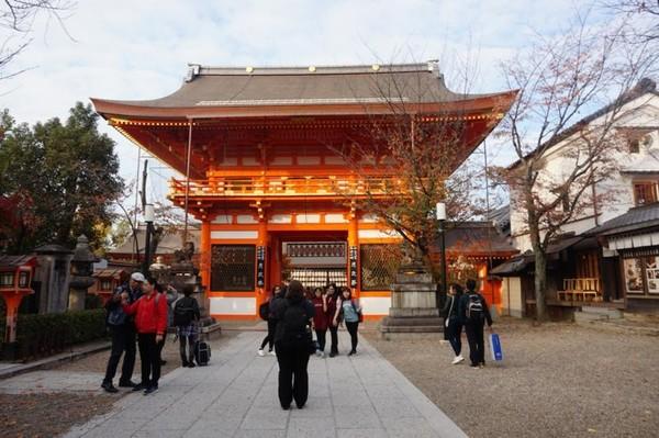 Gerbang masuk utama Yasaka Shrine