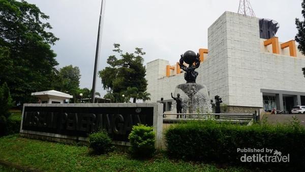 Halaman depan museum penerangan terdapat patung dan air mancur
