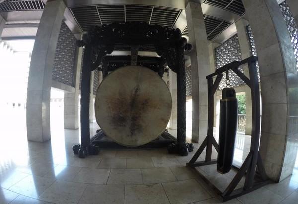 Masjid Istiqlal juga memiliki sebuah bedug raksasa yang terbuat dari kayu meranti