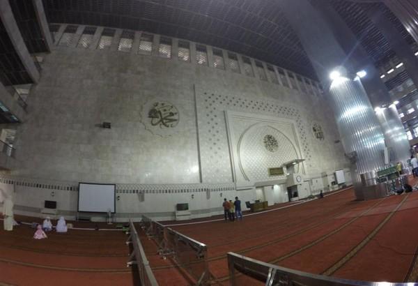 Interior lantai utama masjid berhiaskan lafaz Allah dan Muhammad