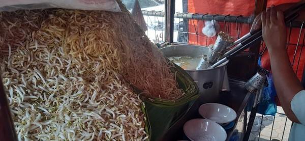 Selain kaldu sapi dan kikil, toge segar turut disajikan bersama mie kocok ini