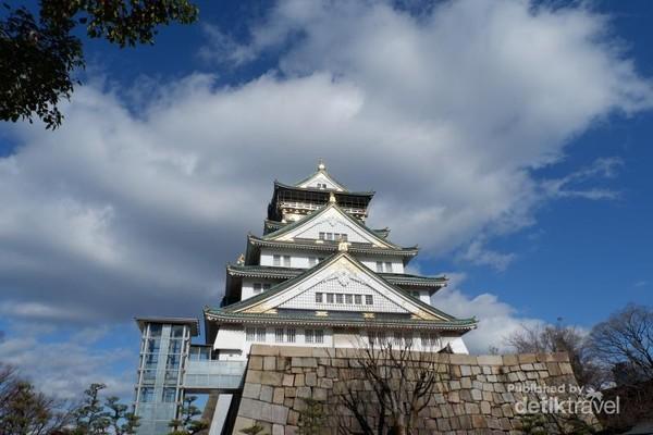 Kastil Osaka yang sangat megah dimana dimanfaatkan sebagai istana sekaligus benteng sejak zaman Azuchi Momoyama hingga zaman Edo.
