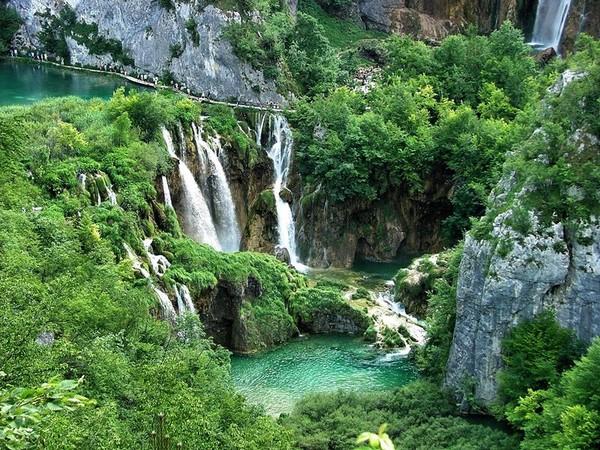 Danau Plitvice (Sumber: amazingtourismtraveling.com)