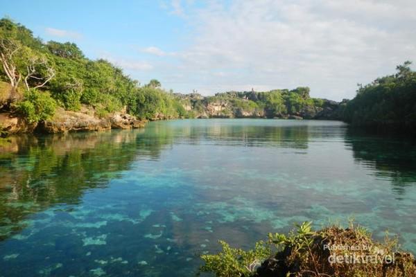 Saat pagi dan siang hari, kedalaman Danau Weekuri hanya 1,5m
